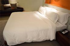 腰痛対策、ベッドの硬さはどっちがいい?