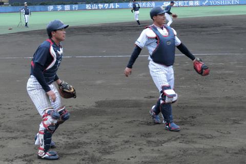 捕手陣をリードする中村。左は松本